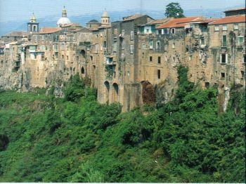 Sant'Agata dei Goti: la roccia tufacea